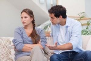 11632798-femme-serieuse-etant-en-colere-contre-son-petit-ami-dans-leur-salon